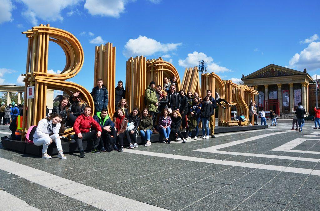 Wspólna fotografia uczniów w centralnym miejscu Budapesztu.