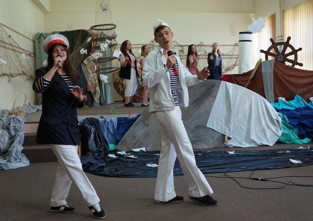 """Marysia i Nikita śpiewają """"Parostatkiem w piękny rejs..."""" (foto T. Frąckiewicz)"""